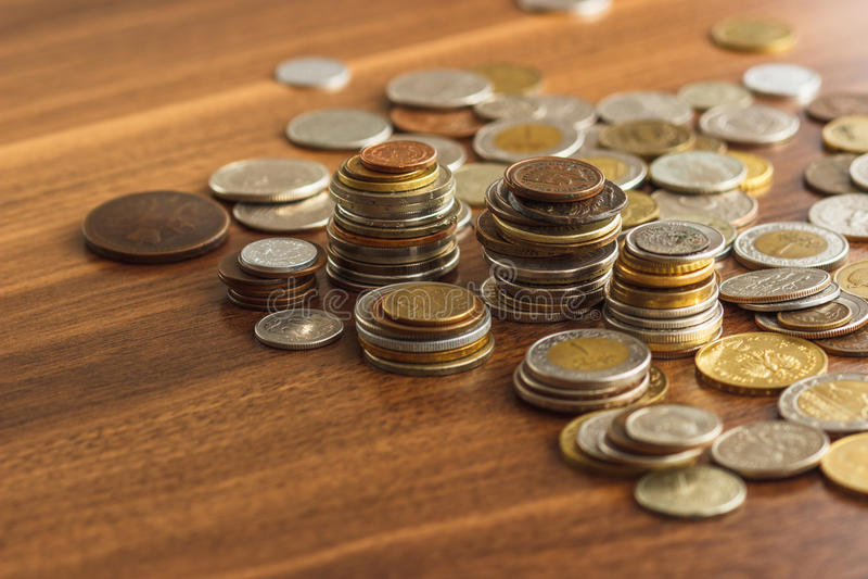 Il ` differente s del collettore dell'argento e dell'oro conia sulla tavola di legno immagine stock