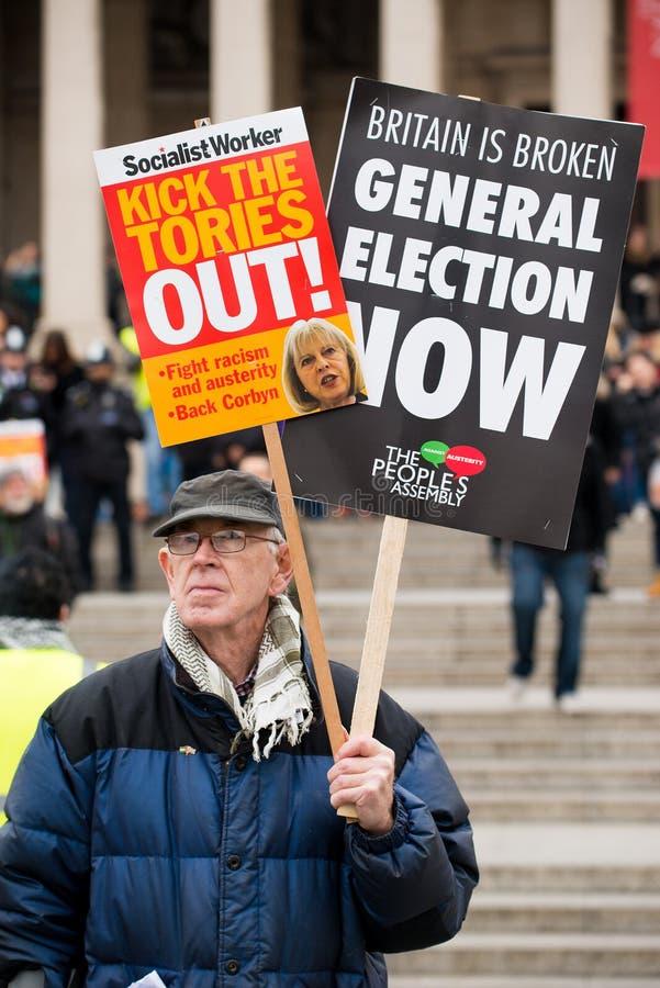 Il dimostrante con il cartello alla Gran-Bretagna ora è rotto elezione generale/dimostrazione a Londra fotografie stock