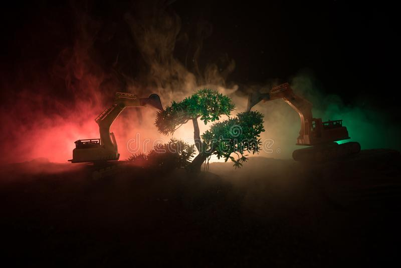 Il disboscamento dell'escavatore della foresta usato per dissotterrare i albero-ceppi e le radici dopo la foresta è stato rimosso immagini stock