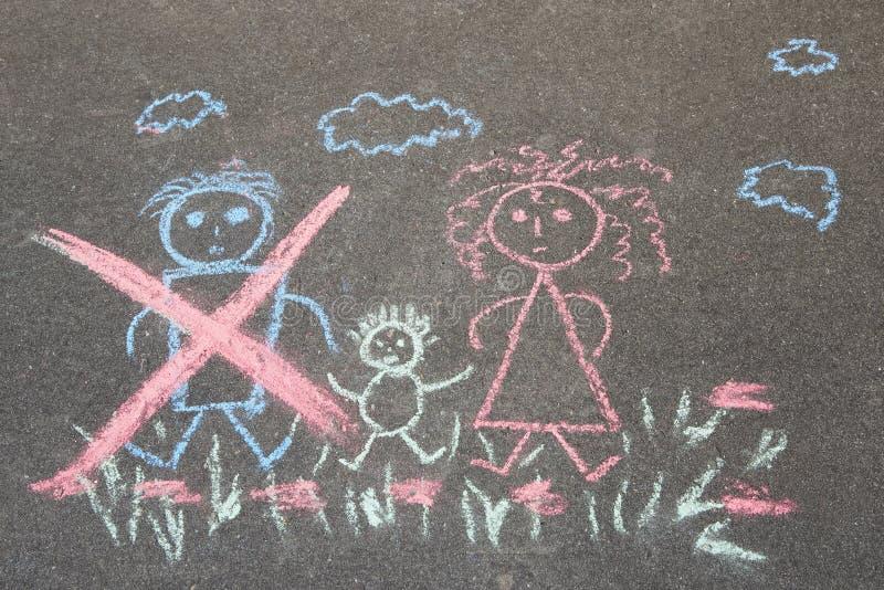 Il disegno dei bambini con il gesso sull'asfalto, famiglia senza il papà: papà, mamma e bambino depennati Argomento di divorzio d fotografie stock