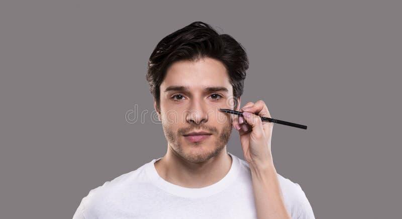 Il disegno del chirurgo segna con la matita sul fronte maschio fotografie stock