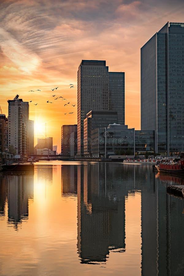 Il distretto finanziario Canary Wharf a Londra durante il tramonto fotografie stock libere da diritti