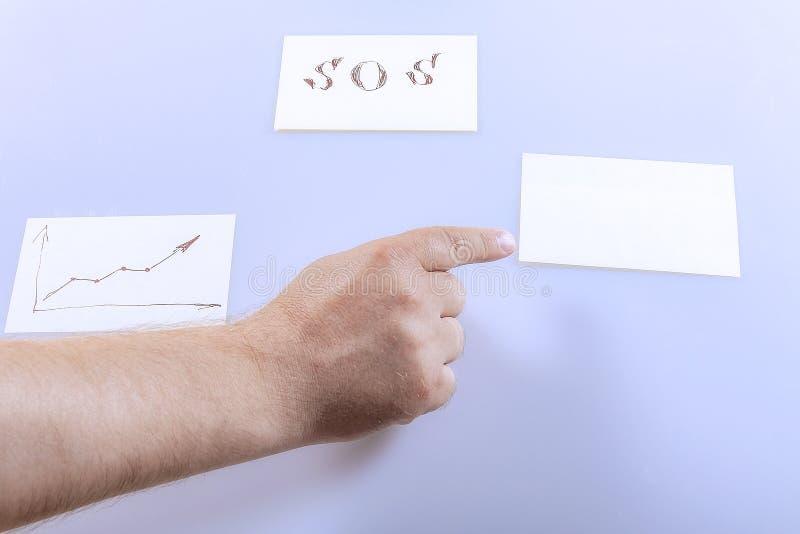 Il dito sulla mano mostra un adesivo bianco Modello fotografia stock