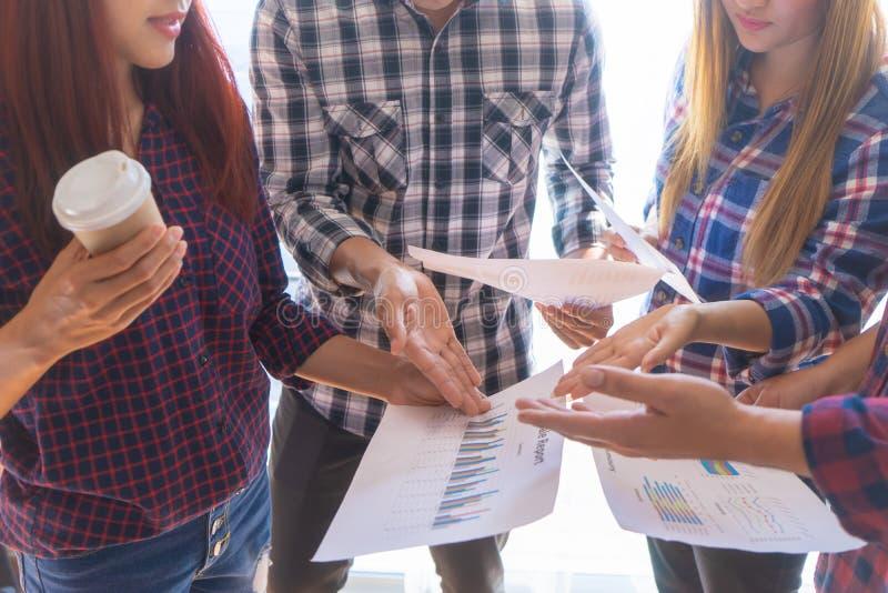 Il diverso affare inizia sul 'brainstorming' del gruppo sulla carta immagini stock libere da diritti