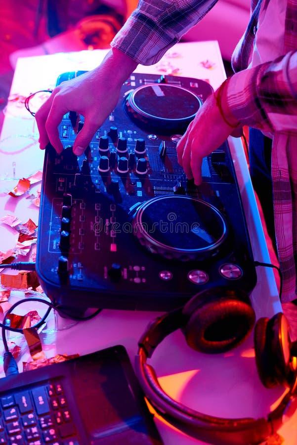 Il DJ al miscelatore di musica fotografia stock