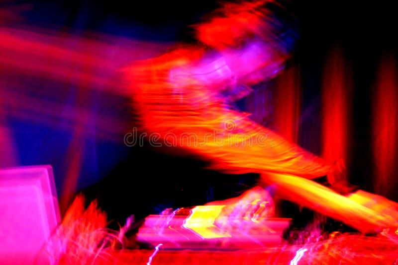 Il DJ alle piattaforme girevoli immagine stock libera da diritti
