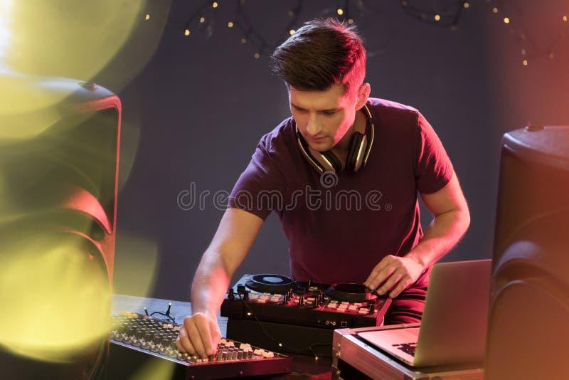 Il DJ appassionato alla piattaforma girevole fotografia stock libera da diritti