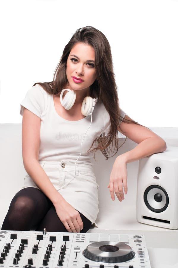 Il DJ attraente sexy che si rilassa su un sofà fotografia stock libera da diritti