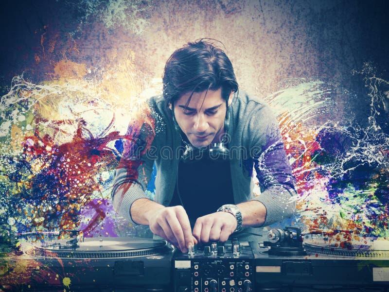 Il DJ che gioca musica immagine stock