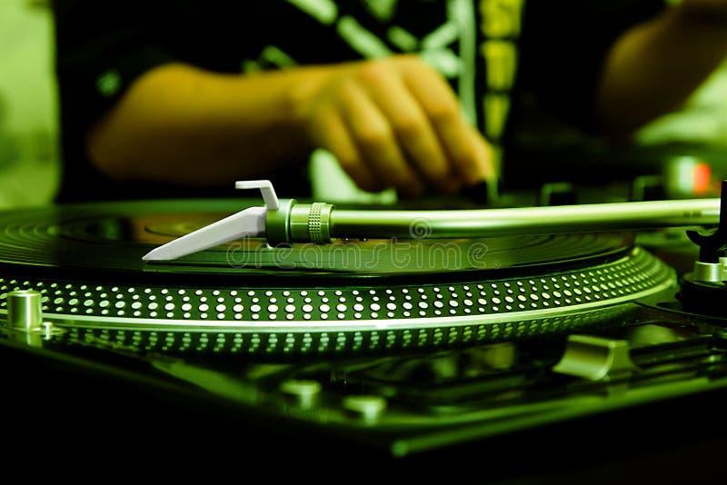 Il DJ che gioca musica dal record di vinile fotografia stock
