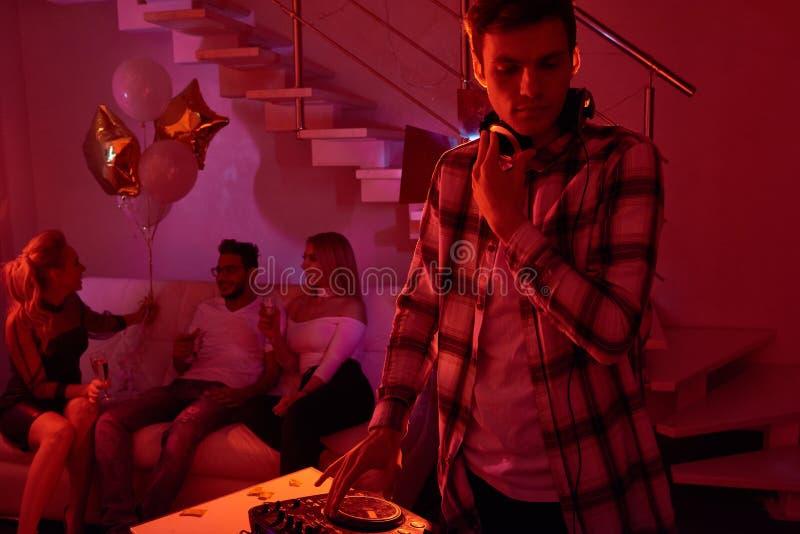 Il DJ che lavora alla festa privata fotografia stock