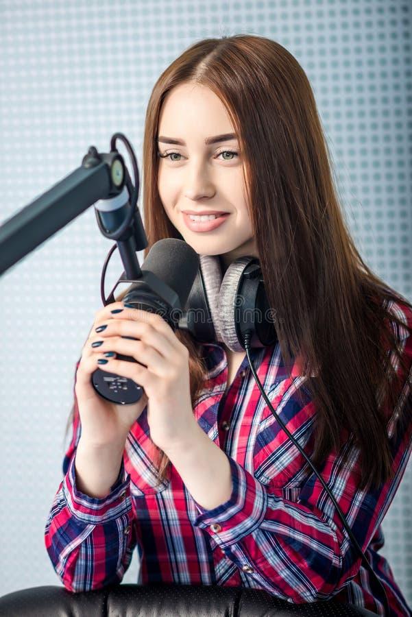 Il DJ che lavora alla radio immagine stock libera da diritti