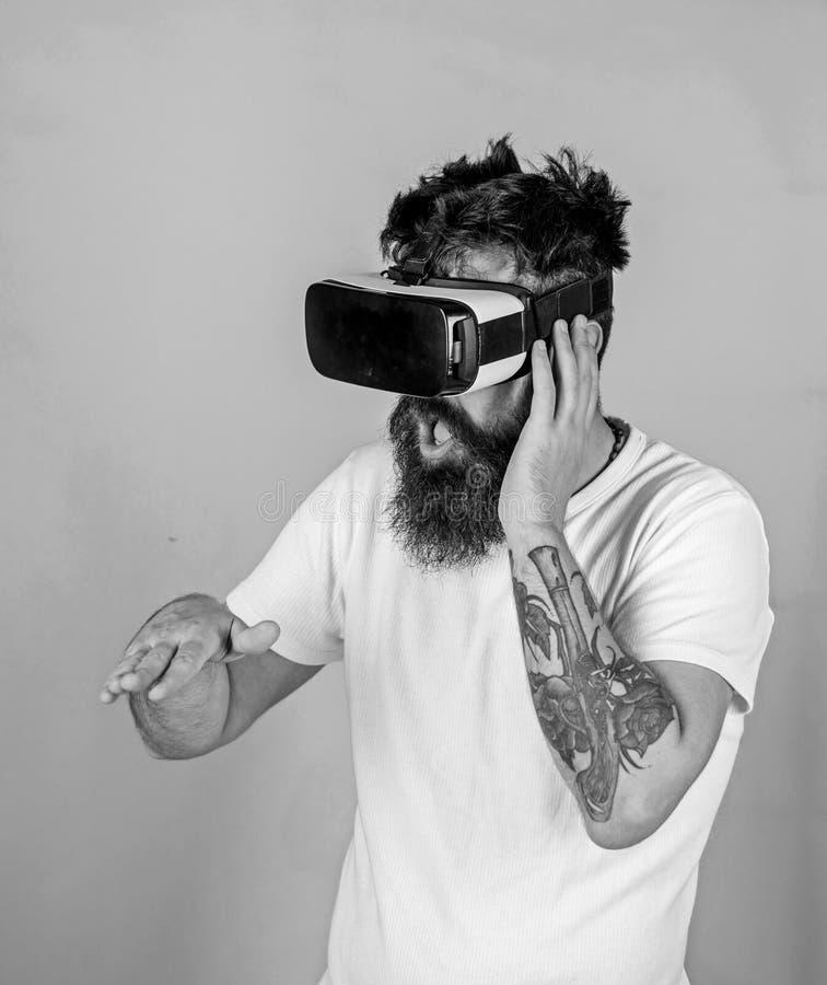 Il DJ con la barba d'avanguardia ed il tatuaggio che lavorano alla nuovi manifestazione, musica e concetto di creatività Uomo con immagini stock