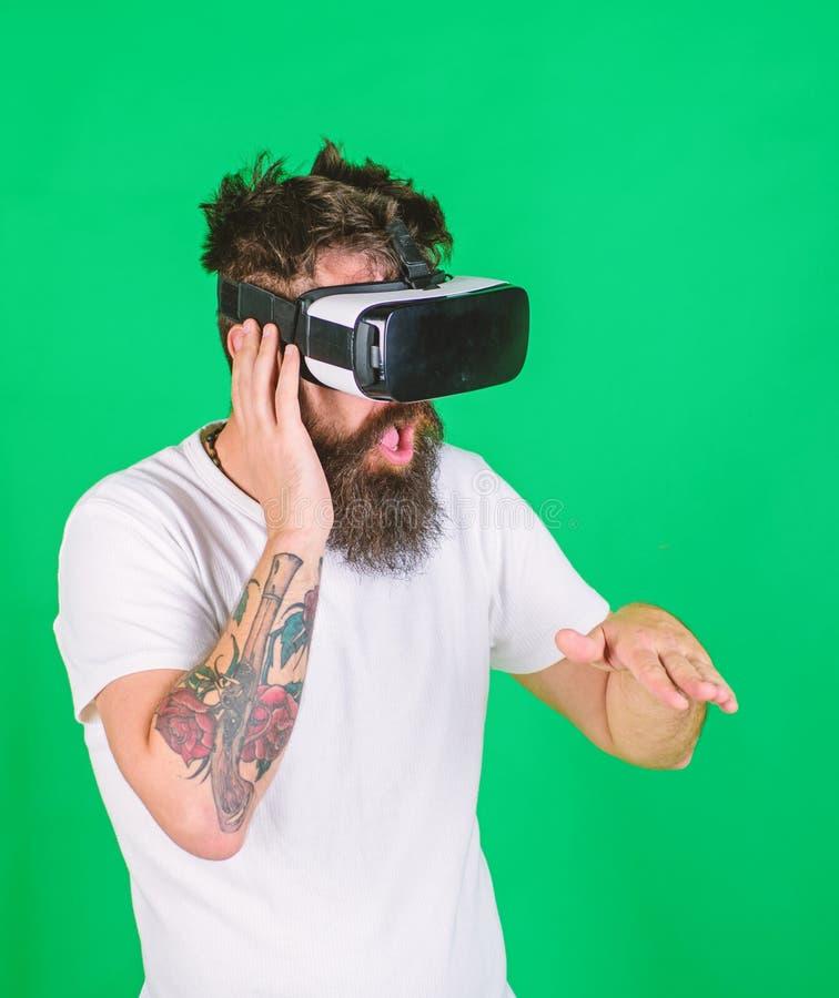 Il DJ con la barba d'avanguardia ed il tatuaggio che lavorano alla nuovi manifestazione, musica e concetto di creatività Uomo con immagine stock libera da diritti