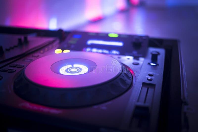 Il DJ consola il night-club del partito di musica della casa di Ibiza dello scrittorio di miscelazione fotografia stock libera da diritti