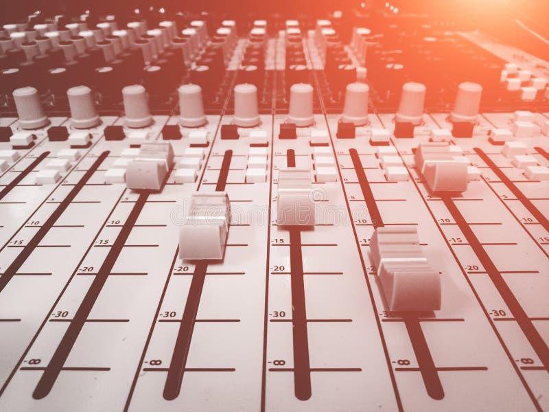 Il DJ consola lo scrittorio di miscelazione immagini stock