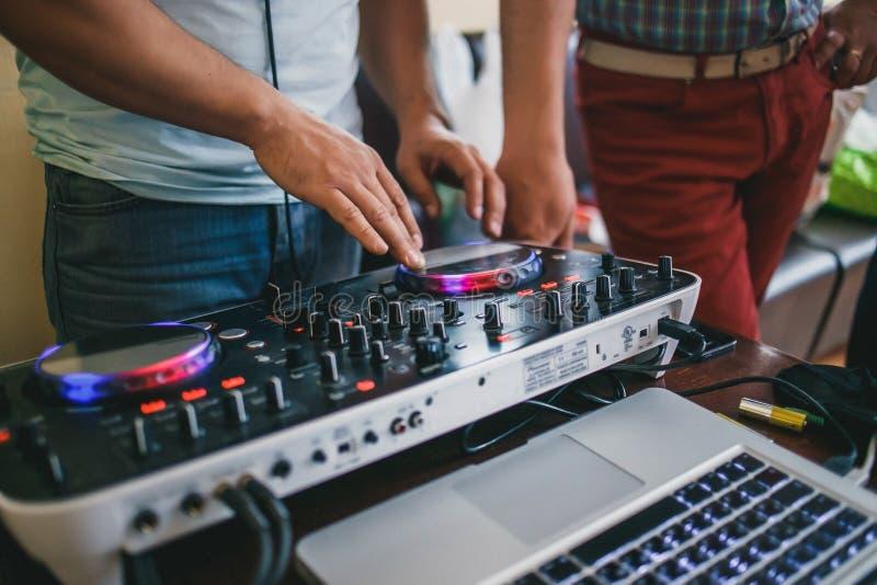Il DJ dietro le annotazioni di vinile del pannello di controllo immagini stock libere da diritti