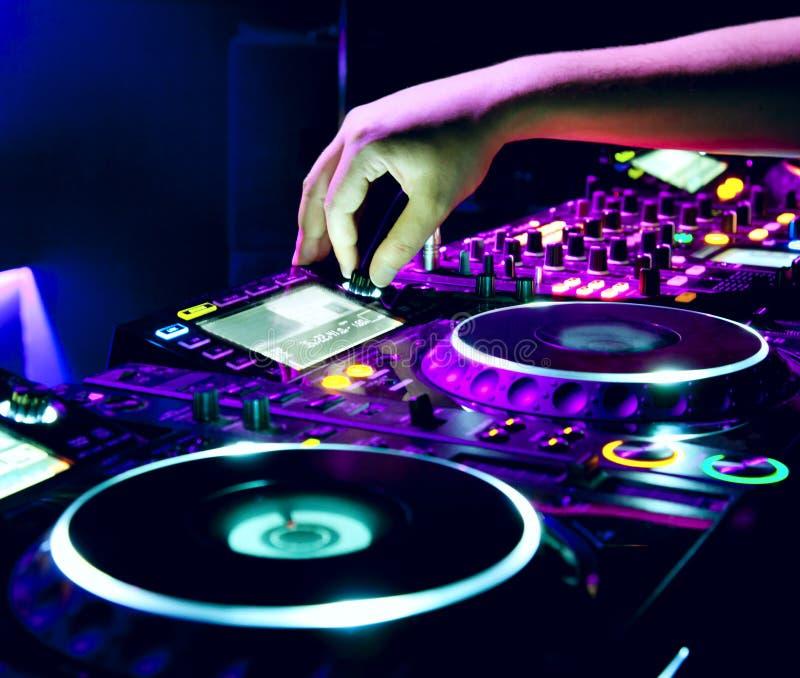 Il DJ mescola la pista immagini stock libere da diritti