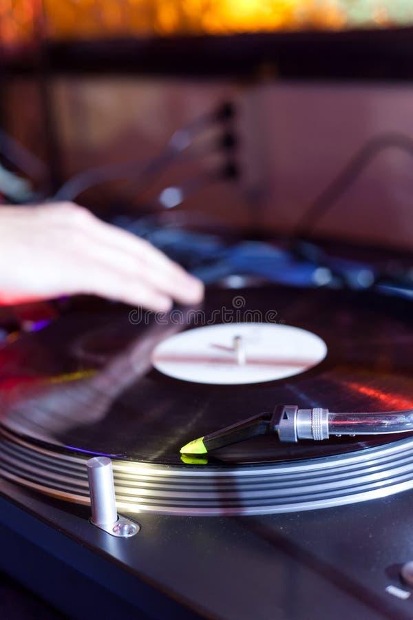 Il DJ sta graffiando fotografie stock