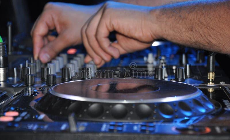 Il DJ sul lavoro Miscelatore del sistema di musica della piattaforma girevole fotografia stock