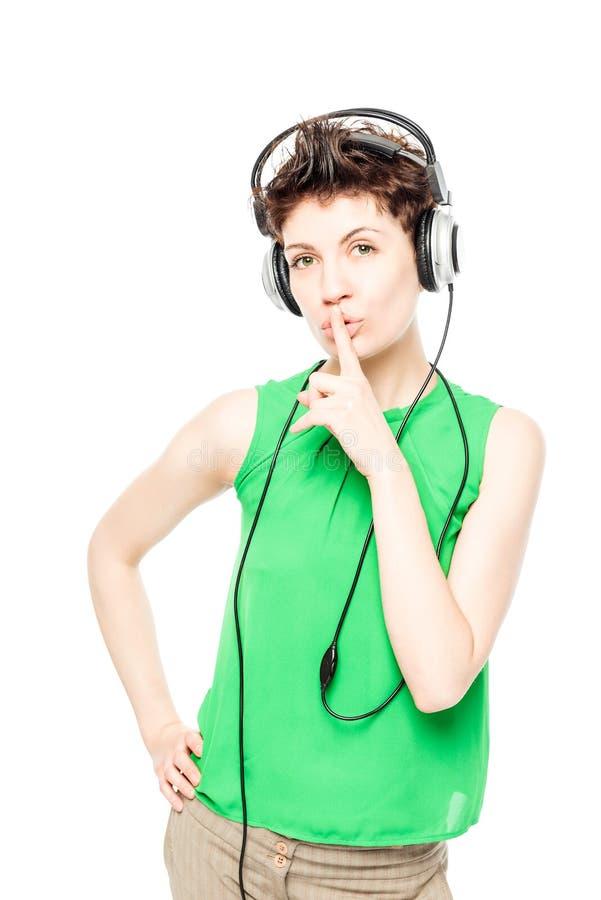 Il DJ in una maglietta verde con il ritratto sorridente delle cuffie fotografie stock