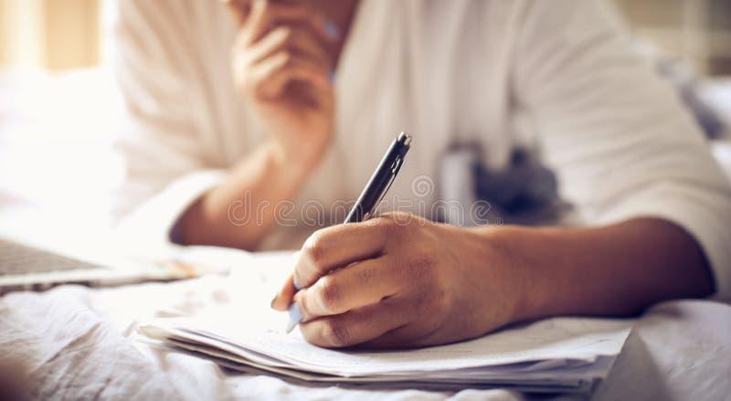Il documento è completo con la vostra firma fotografia stock