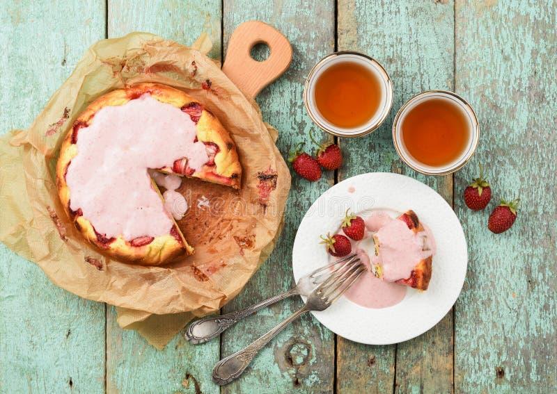 Il dolce casalingo della fragola con la glassa crema è servito con berr fresco immagini stock libere da diritti