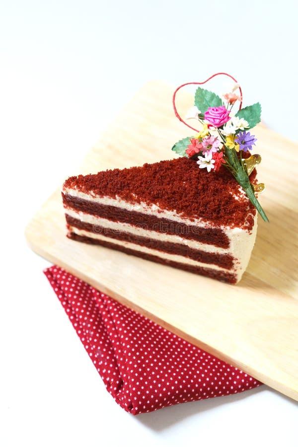 Il dolce della fragola, velluto rosso ha affettato il dolce sul piatto di legno immagine stock