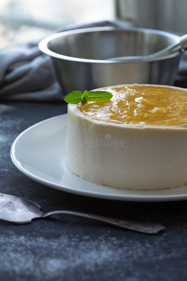 Il dolce della mousse della frutta del mango, ha decorato con la frutta fresca in gelatina Formaggio montato con i biscotti immagini stock libere da diritti