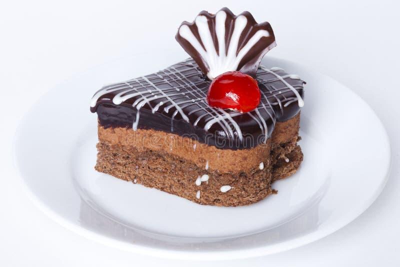 Il dolce di cioccolato con la decorazione della glassa, la ciliegia, maraschino, si è asciugato, cocktail fotografia stock libera da diritti