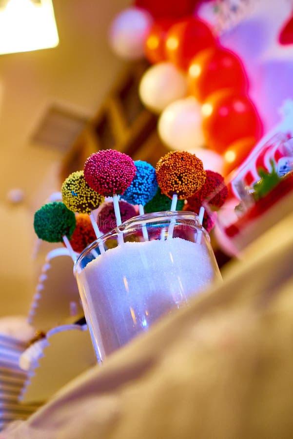 Il dolce di cioccolato festivo schiocca il primo piano sulla tavola fotografia stock