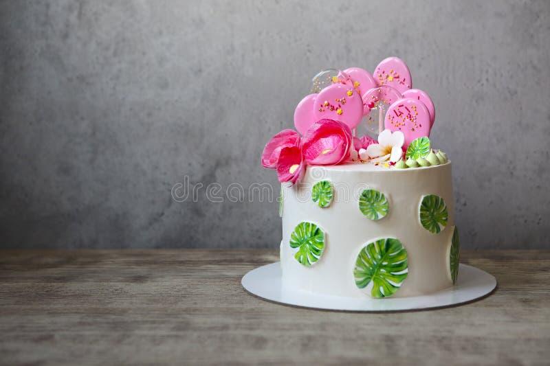 Il dolce di festa con il monstera lascia la progettazione Ispirazione tropicale della festa di compleanno immagine stock
