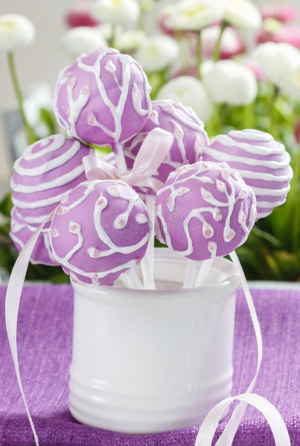 Il dolce lilla schiocca in barattolo ceramico bianco fotografie stock