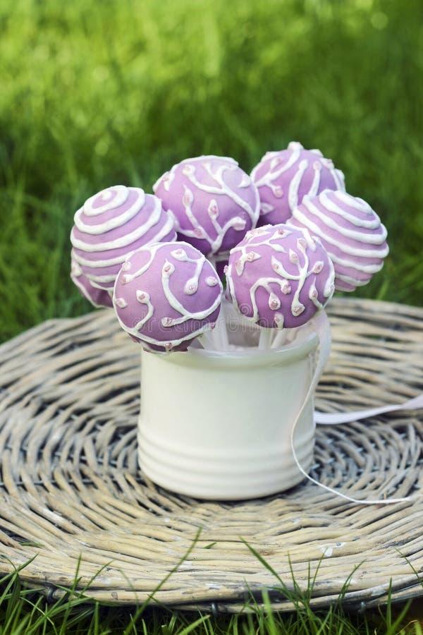 Il dolce lilla schiocca in barattolo ceramico bianco immagini stock