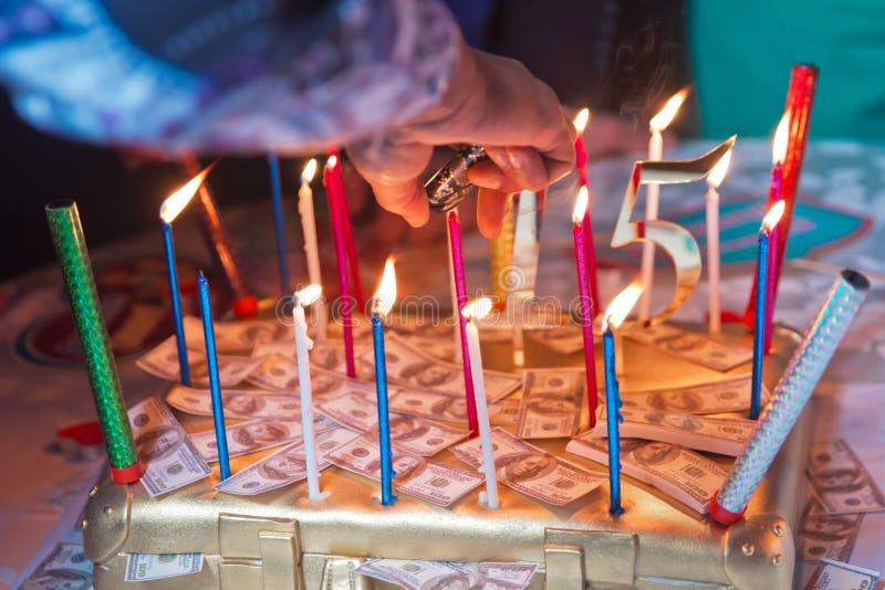 Il dollaro brucia le candele Torta di compleanno fatta di soldi fotografia stock libera da diritti
