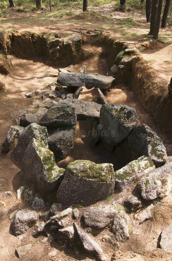 Il dolmen fa la vista della parte posteriore di Rapido Esposende, Portogallo immagine stock