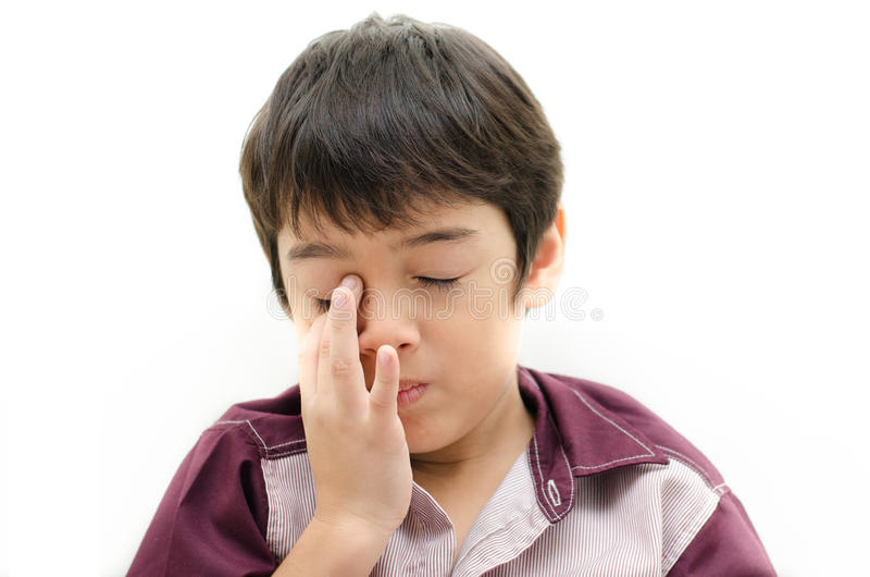 Il dolore del ragazzino i suoi occhi ha messo il dito dentro su backgroud bianco immagine stock libera da diritti