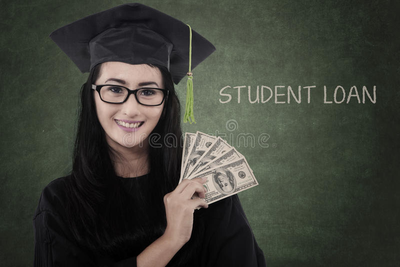 Il dottorando femminile ottiene i soldi per il prestito fotografia stock libera da diritti
