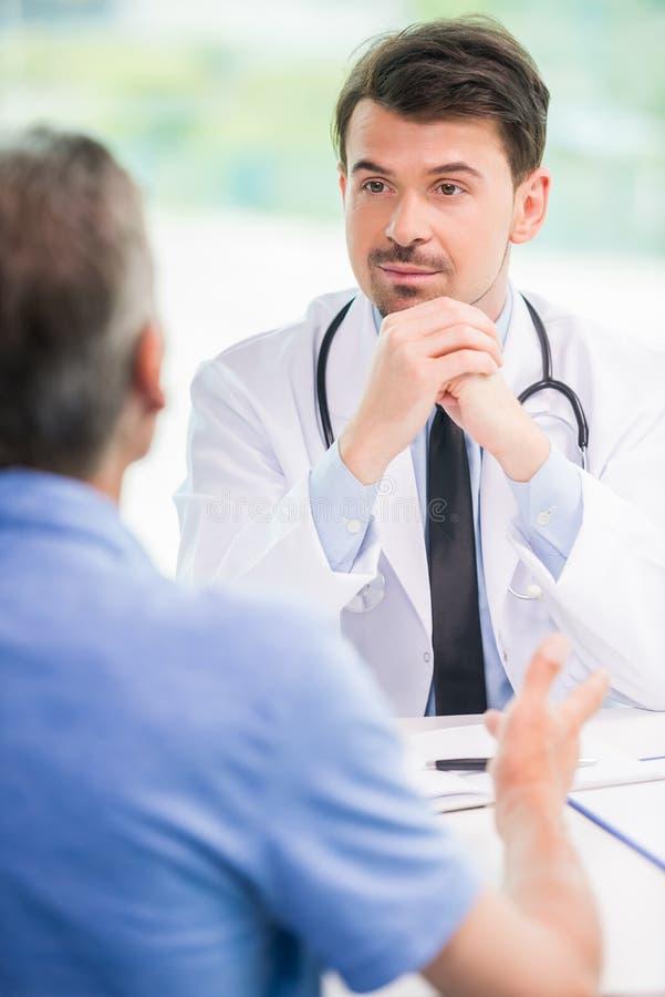 Il dottore e paziente immagini stock