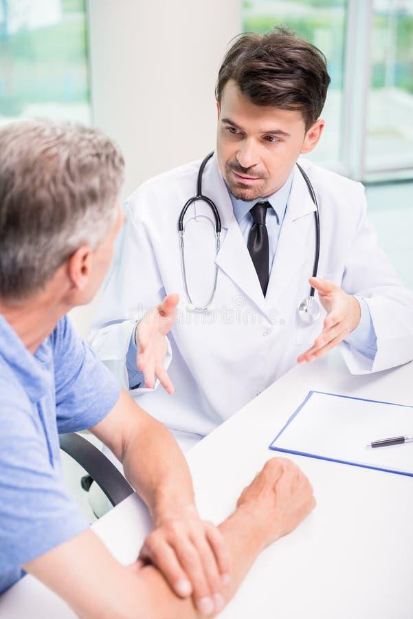 Il dottore e paziente fotografie stock libere da diritti
