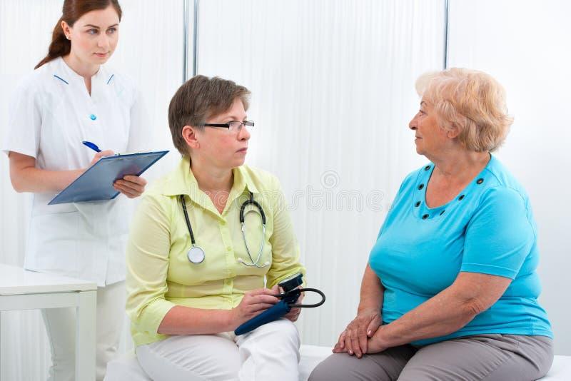 Il dottore e paziente fotografia stock