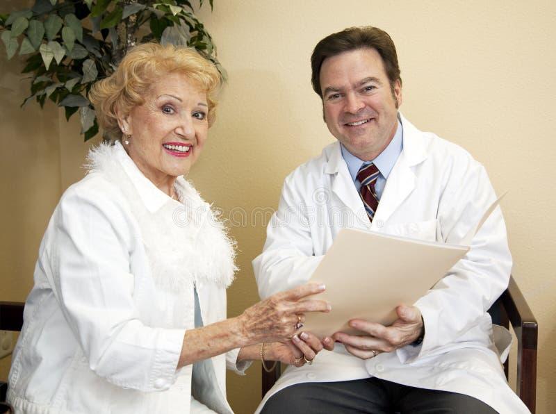 Il dottore felice With Patient fotografia stock libera da diritti