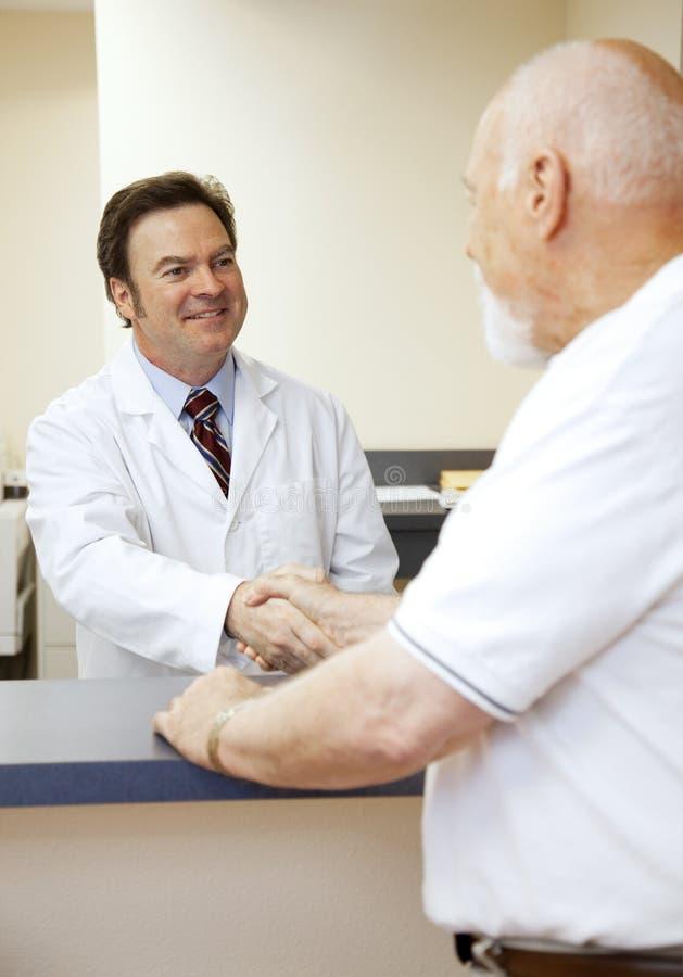 Il dottore Greets Patient immagine stock