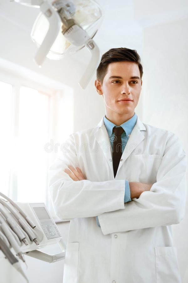 Il dottore maschio In Dental Clinic del dentista Ritratto immagini stock