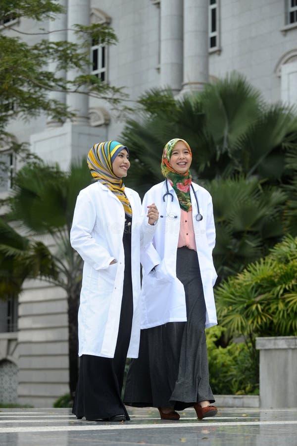 Il dottore With Scarf di due donne, all'aperto fotografie stock