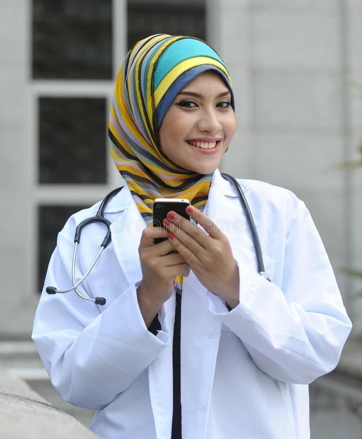 Telefono astuto di uso di medico delle donne fotografie stock libere da diritti