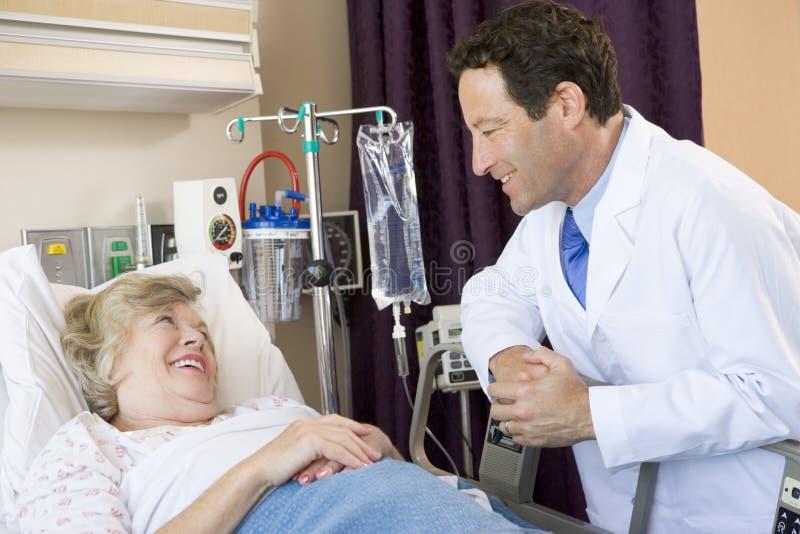 Il dottore Talking To Patient fotografia stock