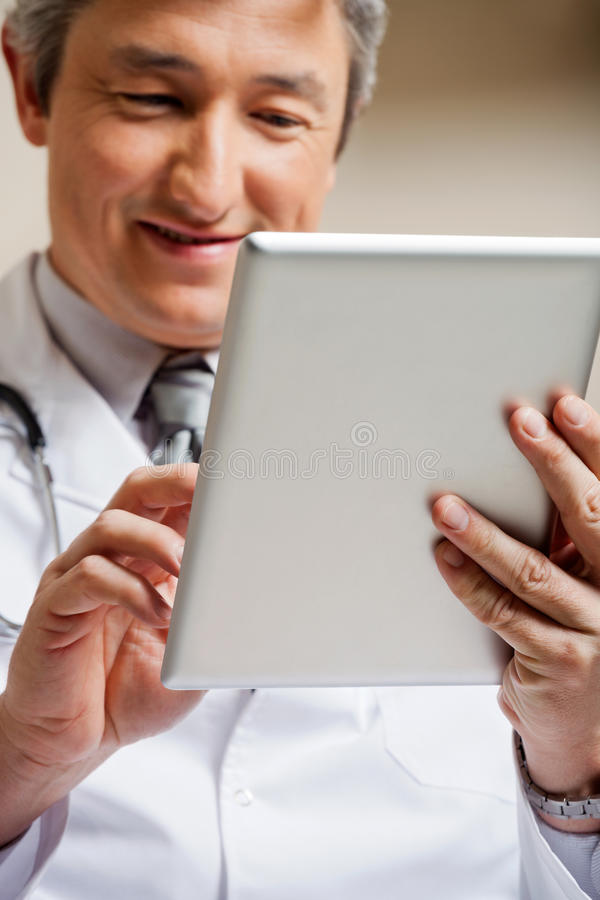 Il dottore Using Digital Tablet fotografia stock