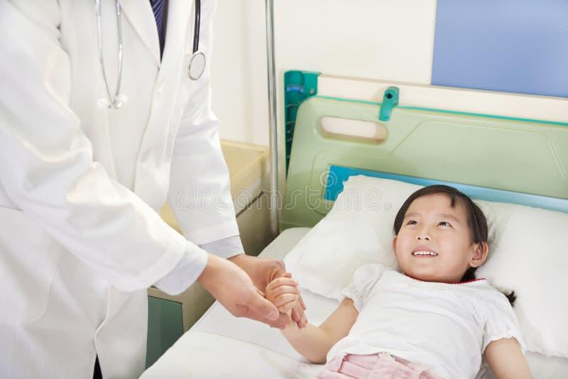 Il dottore Visiting Child Patient sul reparto immagine stock libera da diritti