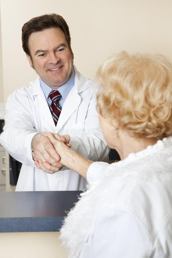 Il dottore Welcomes Patient fotografia stock libera da diritti